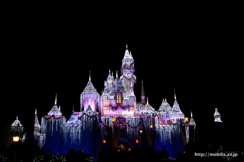ライトアップする眠れる森の美女の城