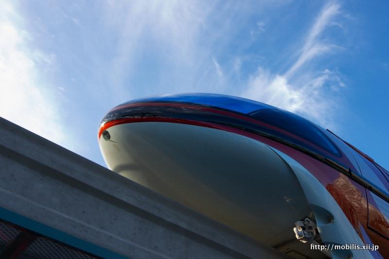 下から見上げるモノレール