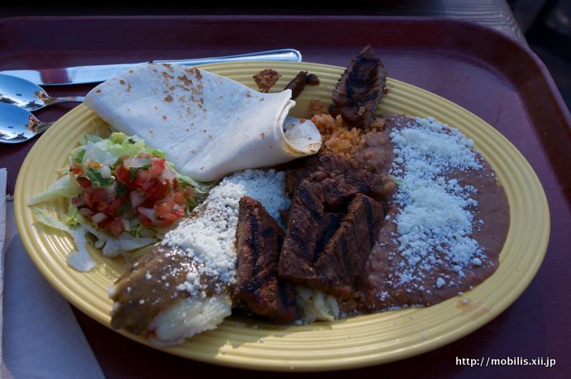 チキンタマレとカルネサラダ