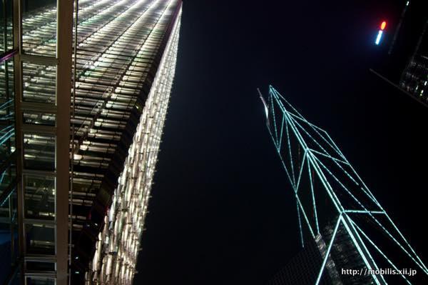香港の夜の高層ビル街