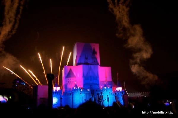 工事中のの城と花火