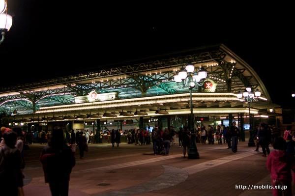 夜のMRT駅