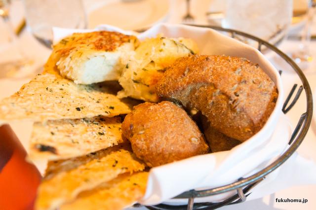 テーブルのパン