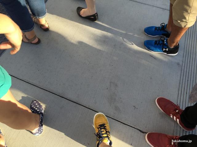 コンベンションセンターに向かう人の足