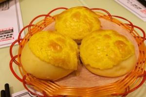果肉入りパイナップルパン