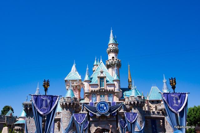 青空と眠れる森の美女の城