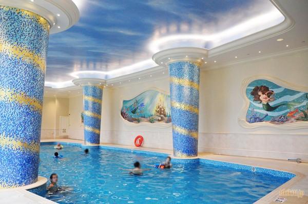 生まれて初めてのディズニーホテルのプール!