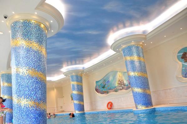 水中から見える青空のような天井